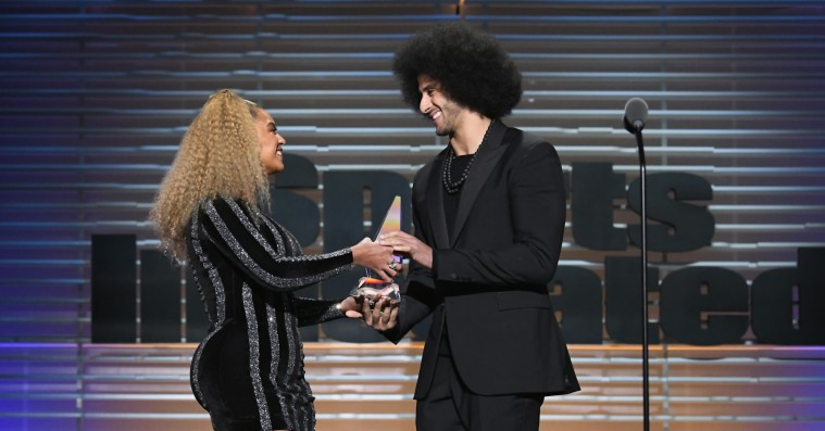 Beyoncé hædrer Colin Kaepernick med Muhammad Ali Legacy Award