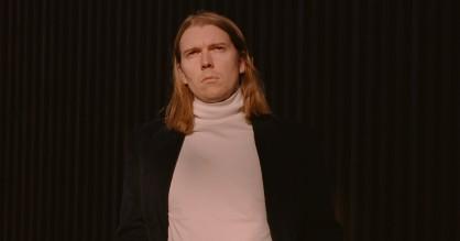 Alex Camerons popmusik karikerer menneskets grimme sider: »Vi er blevet tvangsvidner til hele verdens kaos«