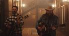 Se Justin Timberlake få besøg af countrystjernen Chris Stapleton i videoen til 'Say Something'