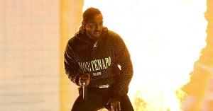 Se Kendrick Lamar optræde til Brit Awards 2018 – med bilsmadring og pyroteknik