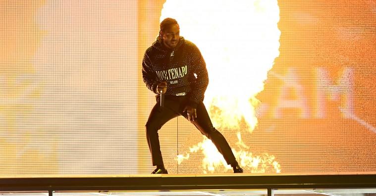 Se Kendrick Lamars optræden til Brit Awards – med bilsmadring og pyroteknik