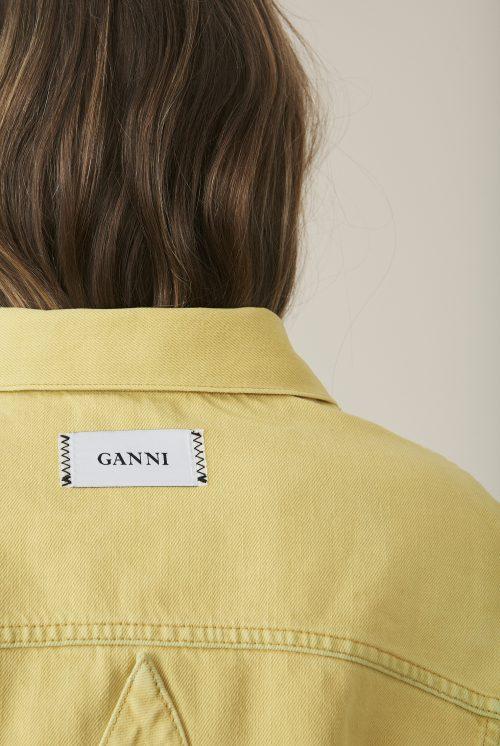 f8854882 Kollektionen har også en fin detalje med Ganni-mærkatet, som er syet på  ydersiden af tøjet i henholdsvis nakken og taljen.