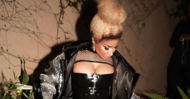 Ingen går til en basketballkamp som Nicki Minaj – klædt i fuldt bondage-look