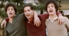 Trillinger skilt ved fødslen genforenes som voksne – se trailer til den utrolige dokumentar 'Three Identical Strangers'