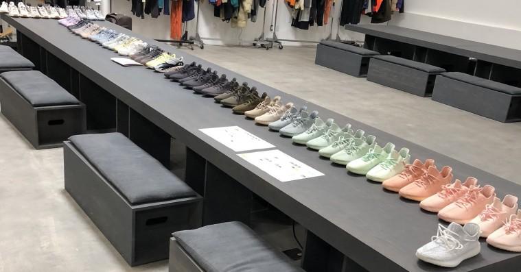 Kanye West åbner laboratoriet – viser et hav af nye Yeezy-sneakers