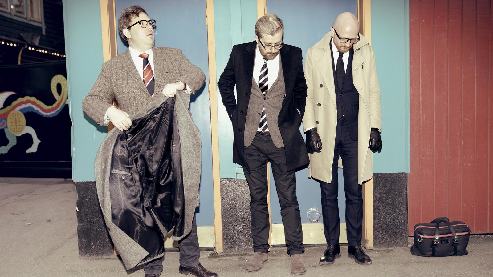Mads Brügger, Frederik Cilius og Rasmus Bruun spiser fem retter på Kong Hans, mens de taler om dette og hint