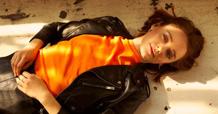 Hør danske Ea Kayas nye catchy popsmasker 'Tied Up'