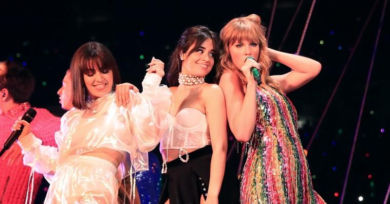 Se Charli XCX og Camila Cabello synge 'Shake it Off' med Taylor Swift