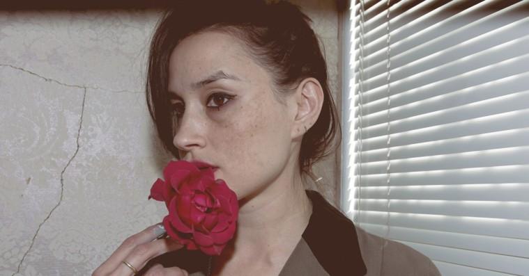 Warpaint-sangerinde solodebuterer med nærværet i fokus