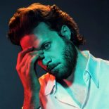 Father John Misty udvisker skellet mellem privatperson og persona på 'God's Favorite Costumer' - God's Favorite Customer