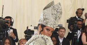 Gæsterne gik amok i årets religiøse tema ved Met Gala – Rihanna svingede taktstokken som pave