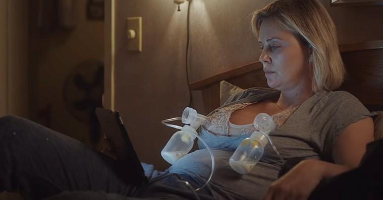 'Tully': Charlize Theron er fuldstændig fænomenal med babygylp på amme-bh'en