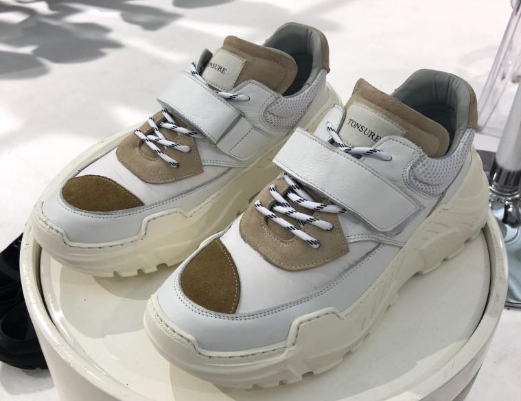 buy online 14c09 3be2b Tonsures skridt ind i sneaker-verdenen går i retning af, hvad vi tidligere  har set fra Eytys Angel-model eller Raf Simons og Adidas Detroit Runner,  ...
