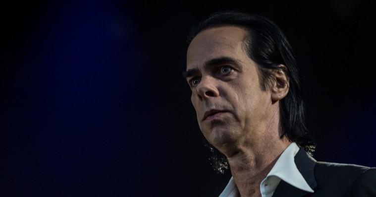 Nick Cave holdt intens højmesse på Roskilde Festival – men kun for de forreste rækker