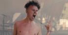 Bar mave og crowdsurfing: Se video fra Saveus' Orange-åbning – før, under og over koncerten