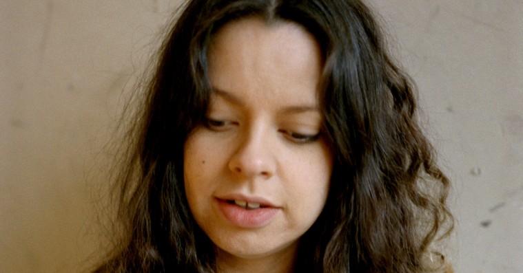 Tirzah synger om følelsesmæssige hårdknuder på dagdrømmende debutalbum