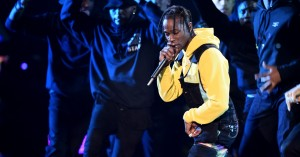 Travis Scott hylder Mac Miller i freestyle på scenen – se video