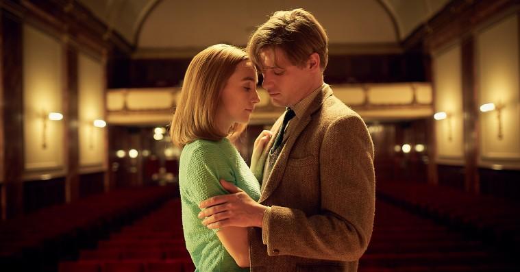 'Den dag på stranden': Saoirse Ronan stråler i film om et øjebliks afgørende konsekvenser