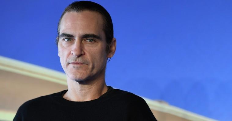 Se Joaquin Phoenix som fuldblodsklovn i 'Joker'