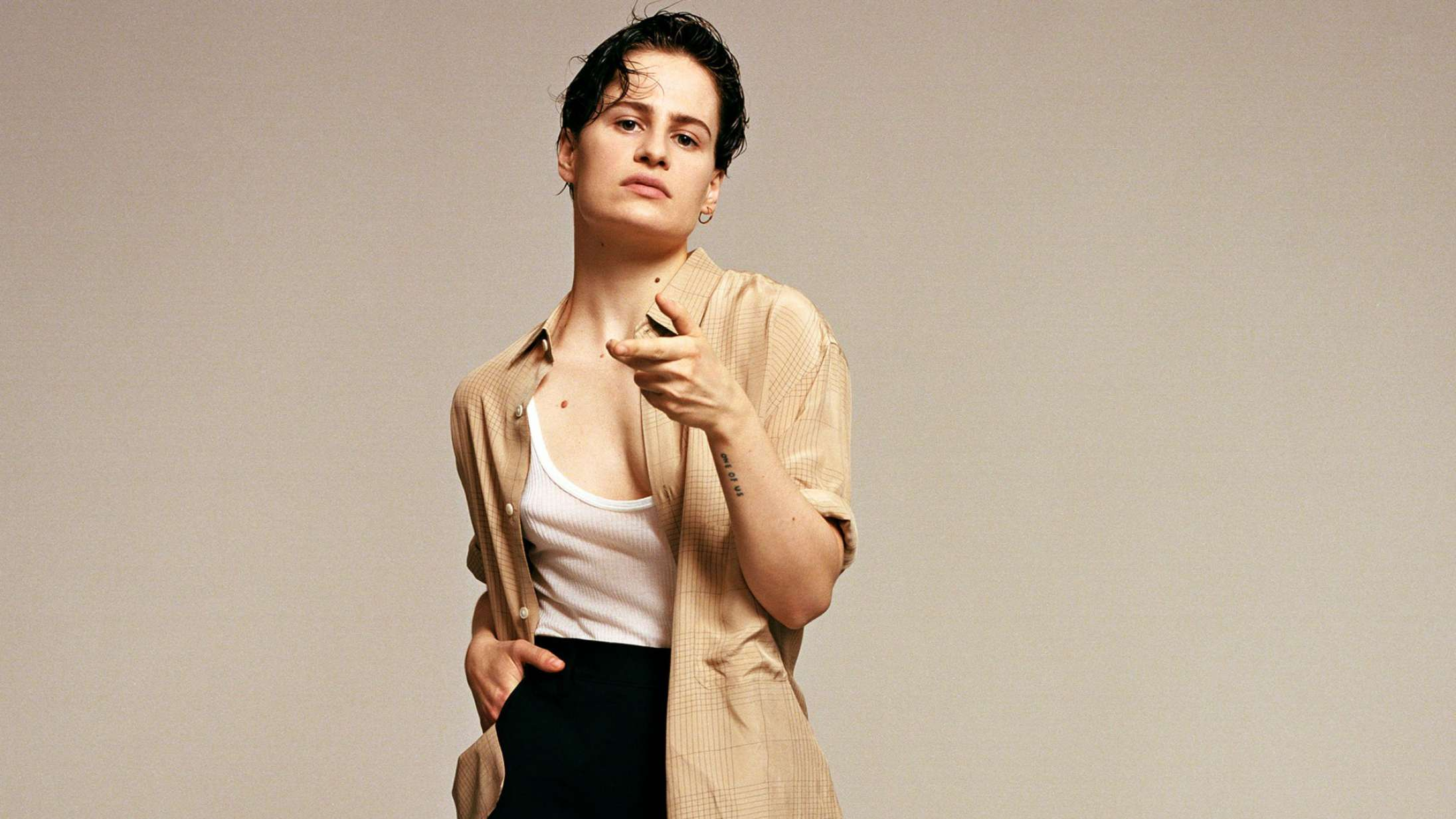 Christine and the Queens deler ømt cover af The Weeknd-hit fra stuegulvet