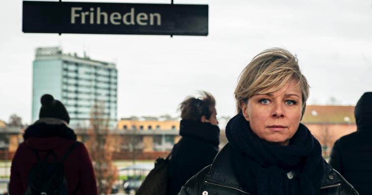 'Friheden': Lars Ranthe og Lene Maria Christensen har en veloplagt ræv bag øret i Viaplays svindlerserie