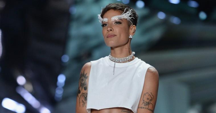 Halsey tager afstand fra Victoria's Secret efter sin optræden