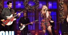 Miley Cyrus og Mark Ronson satte gang i julestemningen i 'Saturday Night Live'
