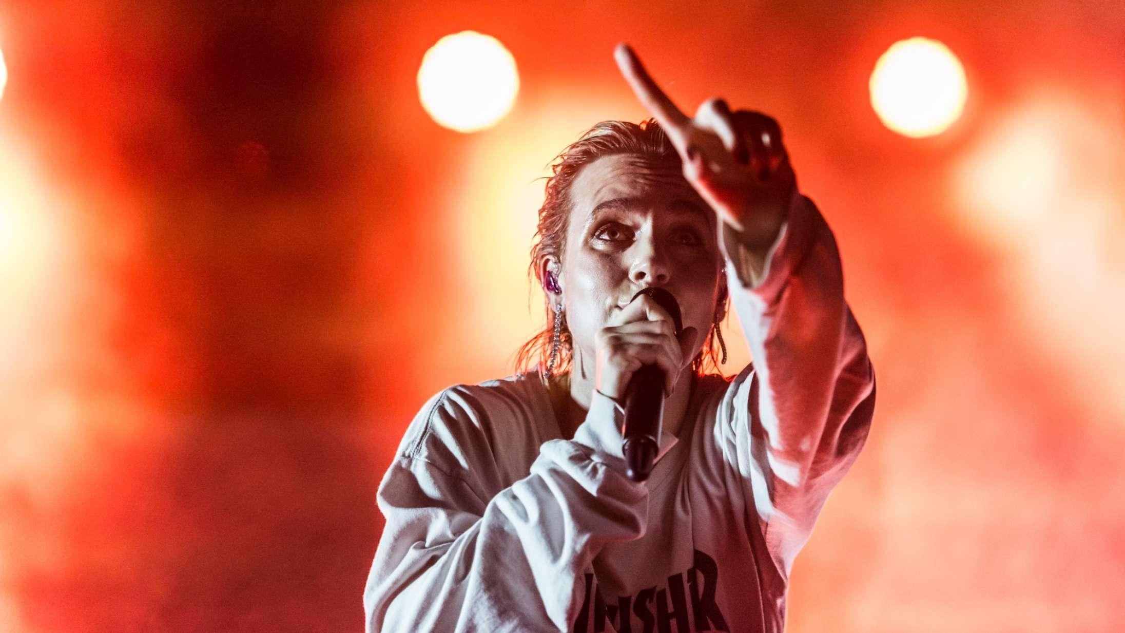 Mø gav surprise-koncert på sit gamle gymnasium i Odense
