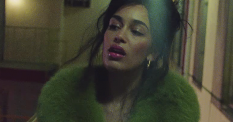 Jorja Smith er vild med sin nye Saks Potts-jakke – cameo i ny 'The One'-video