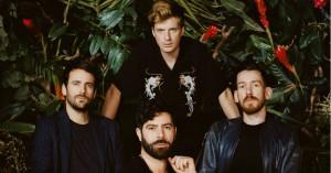Foals er tilbage med rockbølger til dansegulvet – hør deres nye album her