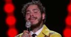 Post Malone synger Elvis i et gult jakkesæt med en ørn viklet ind i ståltråd