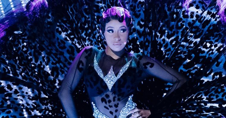 Kom med bag Cardi B's vilde Mugler-looks til Grammy: »Kappen kan tages af som et vådt kondom«