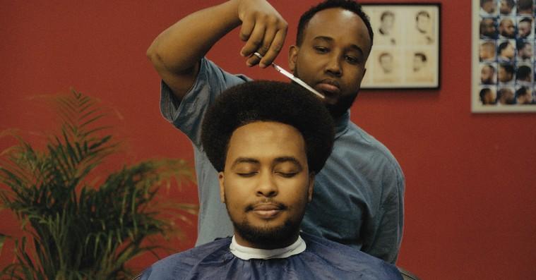 'Q's Barbershop': Ny dansk film om Vollsmoses hoffrisør og hans kunder er en fornøjelse