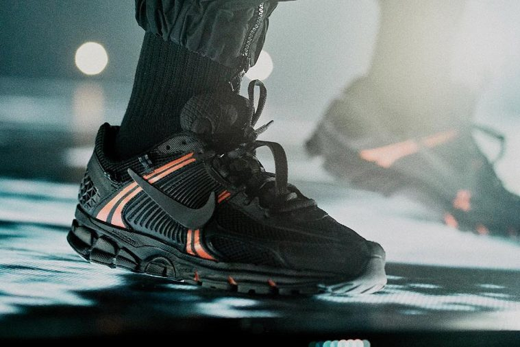 a8831edfcaef Modellen med den overdimensionerede mellemsål og trail-sål kommer både i en  nedtonet grå og sort udgave