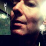 Jens Unmack folder postpunk-drømmens faner ud på Love Shops nye album - Brænder boksen med smukke ting