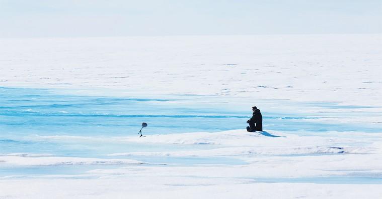 'Aquarela': Pludselig forsvinder en bil ned gennem isen – og kameraet fanger det