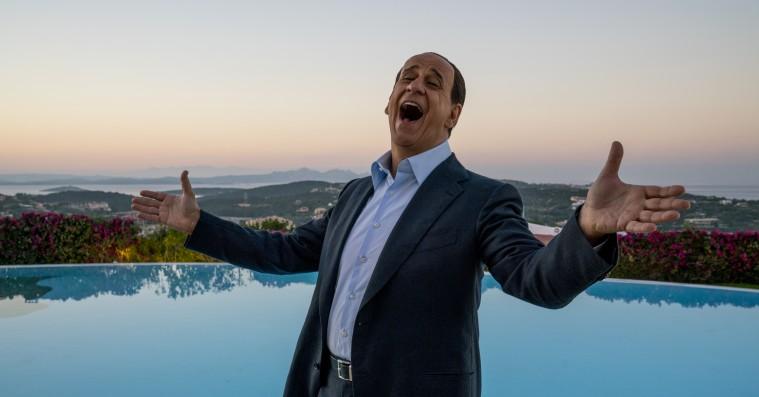 'Silvio og de andre': Oscar-vinders storslåede film viser Berlusconi som Italiens bedste sælger