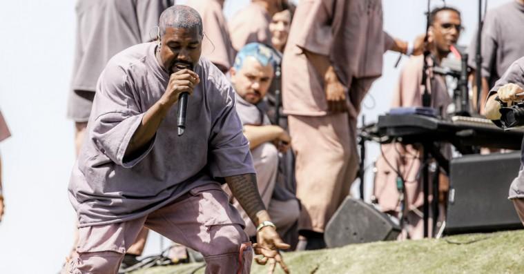 Se Kanye West og Chance the Rapper dedikere ekstraordinær Sunday Service til Kobe Bryant