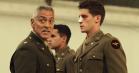 Ny trailer til krigssatiren 'Catch-22': 500 geder, bombarderede kønsdele og en rablende George Clooney