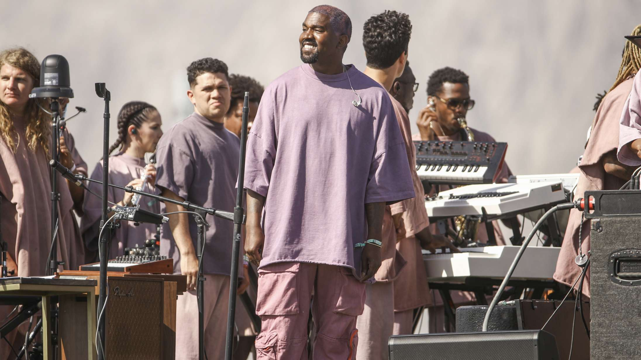 Yeezy-looket kommer til sin ret i Kanye Wests Sunday Service – men hans merchandise virker malplaceret