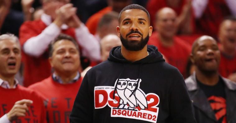 Drake får specialdesignet jakke af Toronto Raptors til en værdi af fem millioner kroner