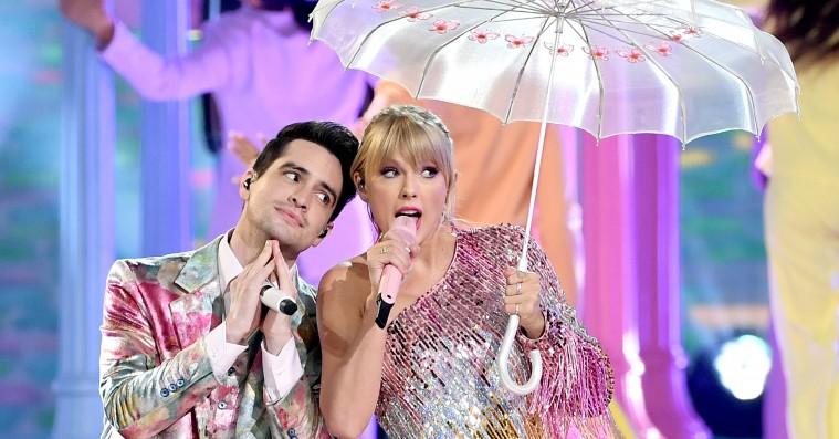 Taylor Swifts første optræden med 'Me!' var en pastel-eksplosion med marching band og svævende paraplyer