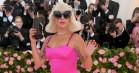 Lady Gaga ankom først til Met Gala og satte barren højt – lavede regulær striptease op ad trapperne