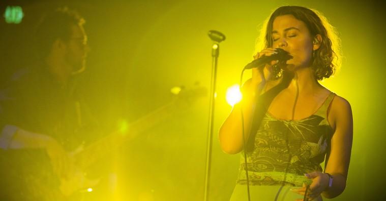 Se Bettes virkelig smukke live-cover af The Minds of 99's 'Alle skuffer over tid'