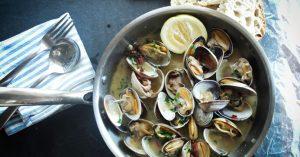 Naturvin ved vandet og friskfanget middag: To lokale kokke deler deres bedste tips