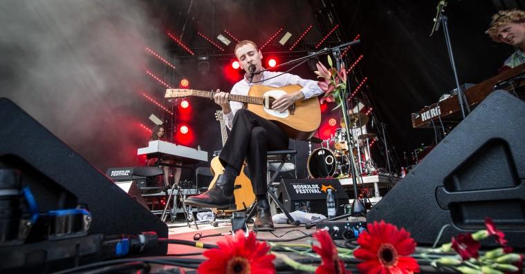 Hjalte Ross skruede op for sine folksanges indbyggede dramatik på Roskilde Festival