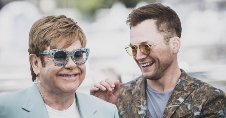 Elton John møder sit 'Rocketman'-alias i overraskende 'Your Song'-duet