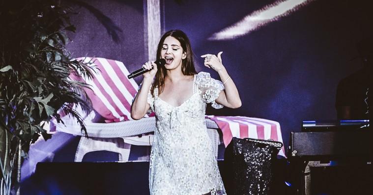 Lana Del Rey afbryder koncert for at lede efter sin forsvundne vaper