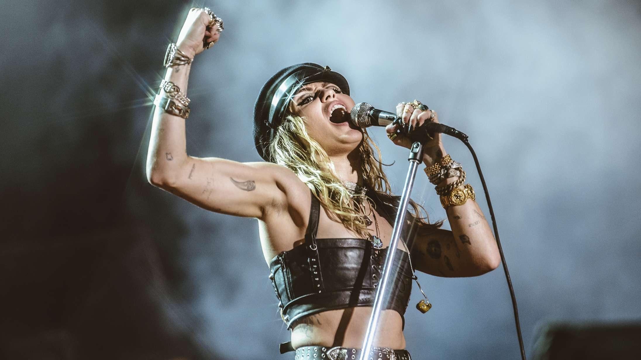 Miley Cyrus vekslede mellem politisk brandtale og grinding af scenegulvet på Tinderbox