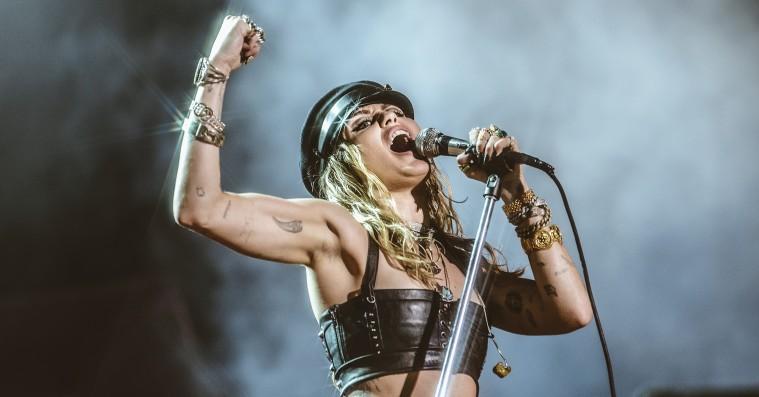 Miley Cyrus kaster sig over rockklassikere – se hende spille covers af Pink Floyd og Led Zeppelin
